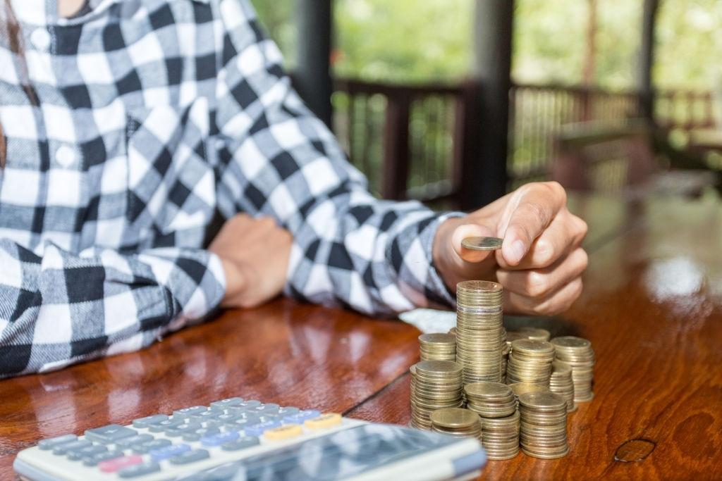 Ставки снижают. Как забрать деньги со вкладов выгодно?